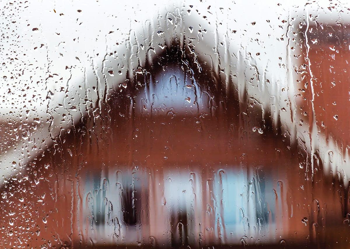 雨天从私人住宅的窗户望去