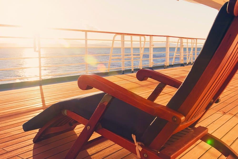 长廊甲板上游轮上的躺椅