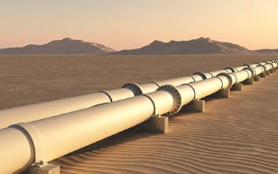 Pipelines in Wüstenlandschaft