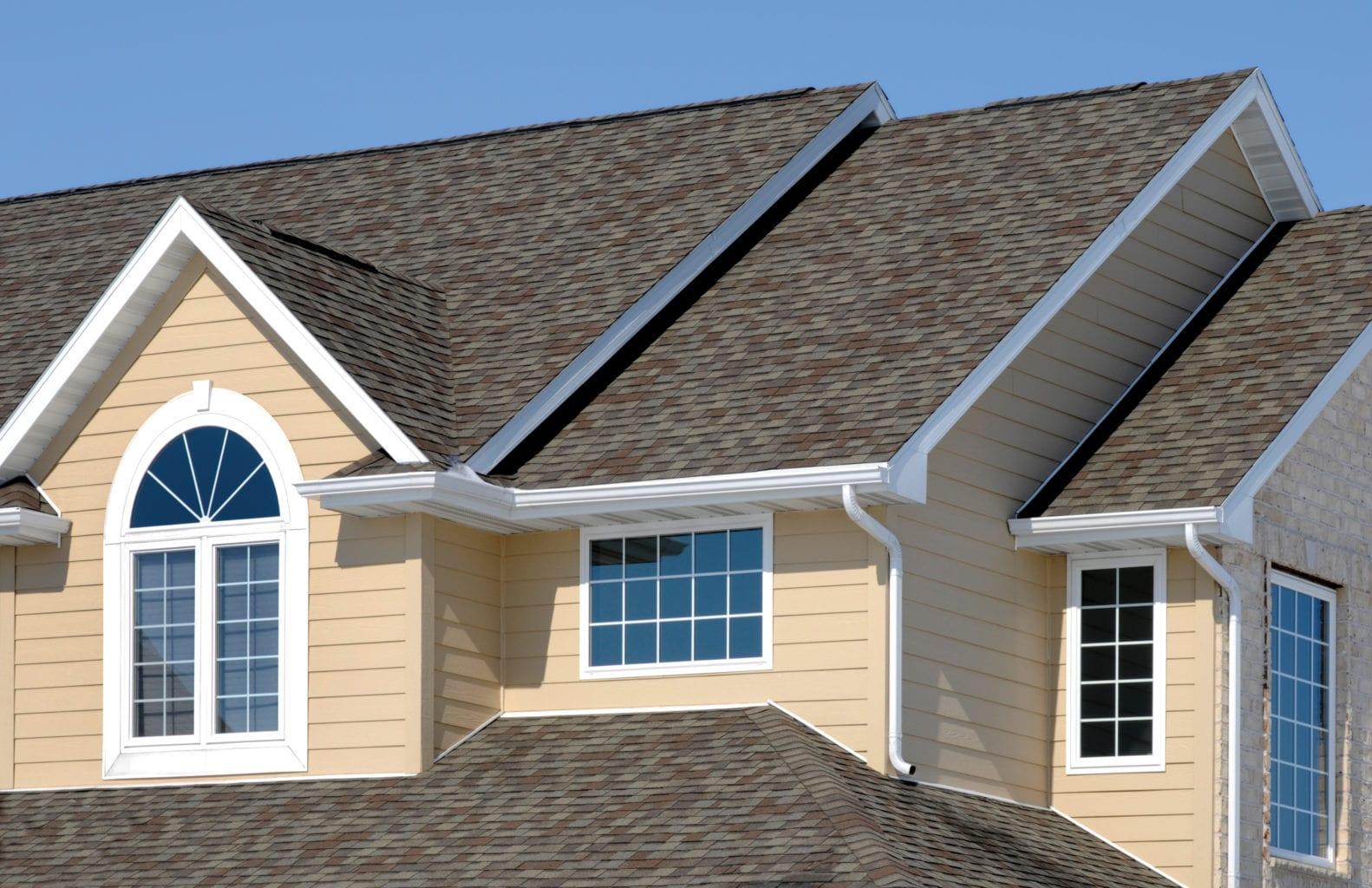 新住宅; 建筑沥青瓦屋顶,乙烯基壁板,山墙