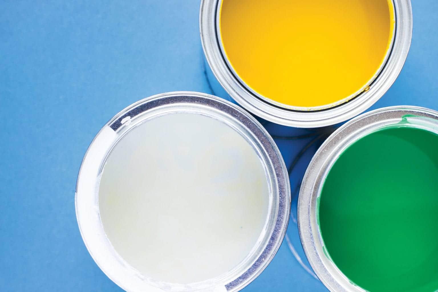 房屋翻新,蓝色背景顶视图上的油漆罐
