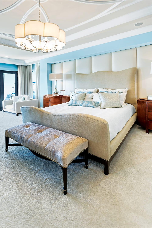 美丽的主卧室内部